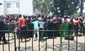Extracontinentales se enfrentan a golpes por ingresar a la estación migratoria Siglo 21 de Tapachula