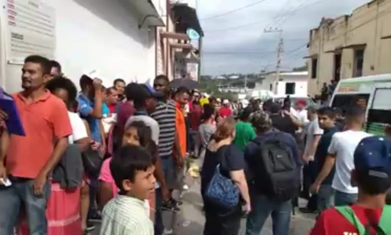 Migrantes se disputan acceso a la Comar en Tapachula