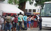 Migrantes solicitantes de refugio salen de la estación migratoria y son trasladados a albergues