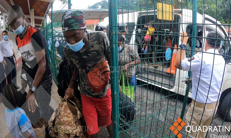 México incapaz de regular la migración; haitianos huyen en caravana
